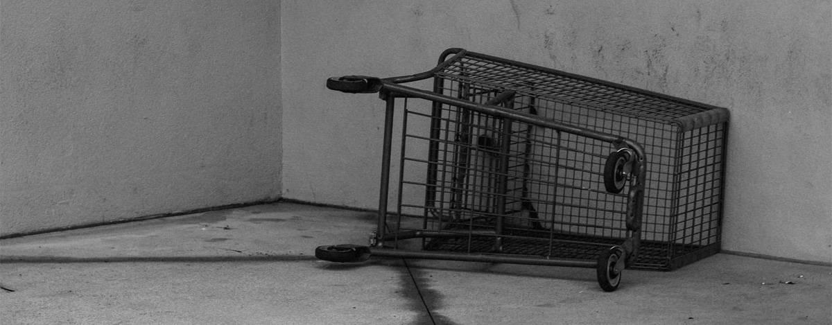 Umgekippter Einkaufswagen
